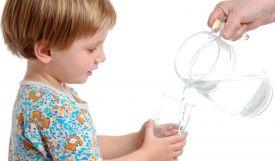 Bù nước điện giải cho trẻ tốt nhưng cần phải đúng cách