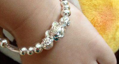 Những chú ý khi cho bé đeo vòng bạc để phòng bệnh