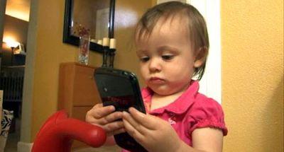 Sạc điện thoại có nguy hiểm gì đối với trẻ