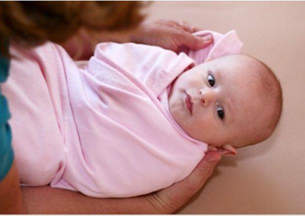 Nên quấn tã hay mặc quần cho bé sơ sinh?
