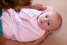 Nên quấn tã hay mặc quần cho bé sơ sinh mẹ cần biết